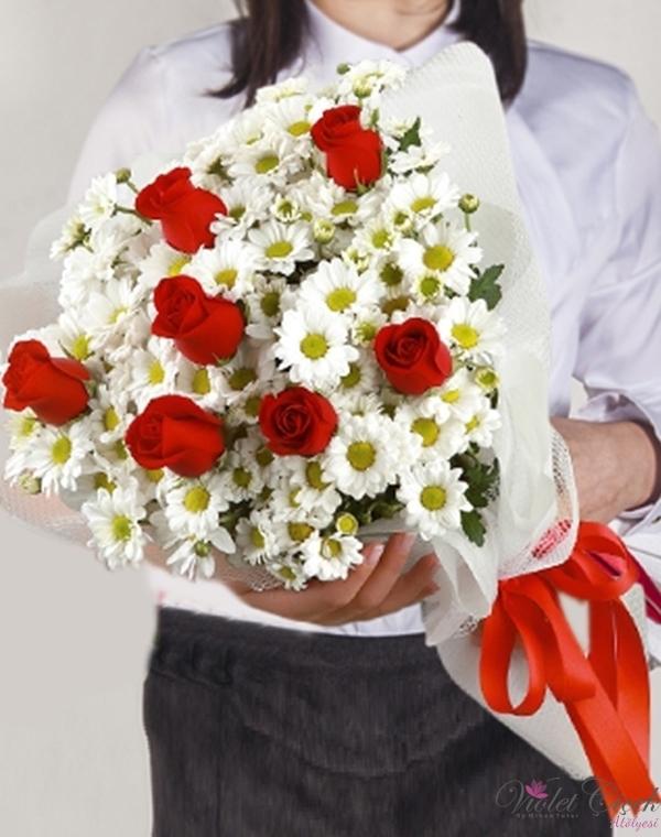 Beyaz Papatya Ve Kırmızı Güller