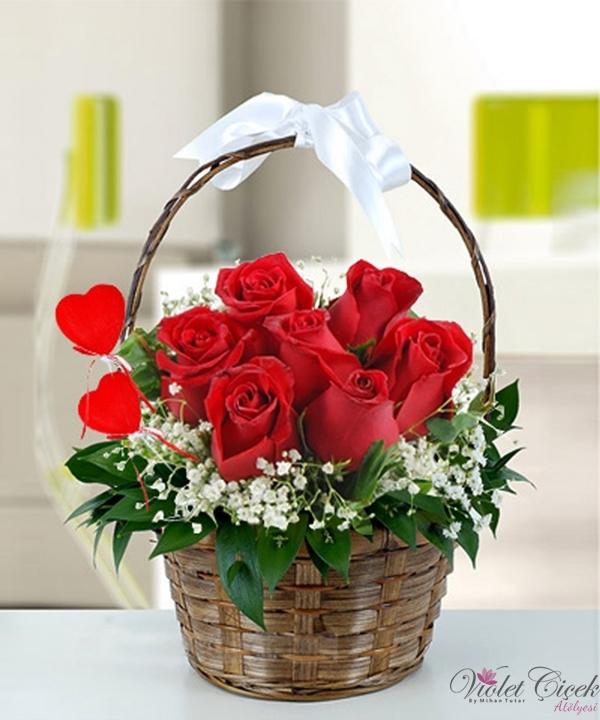 Sepet İçerisinde Kırmızı Güllerden Oluşan Aranjman
