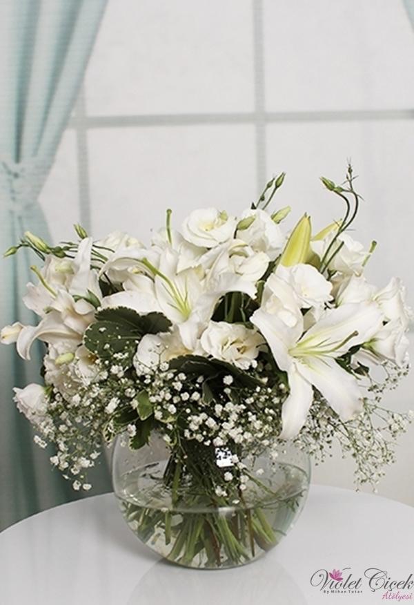 Cam Fanusta Beyaz Lilyum ve Beyaz Lusiyantuslar