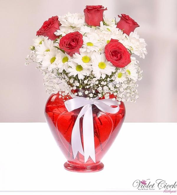 Kalp vazoda papatya ve güller