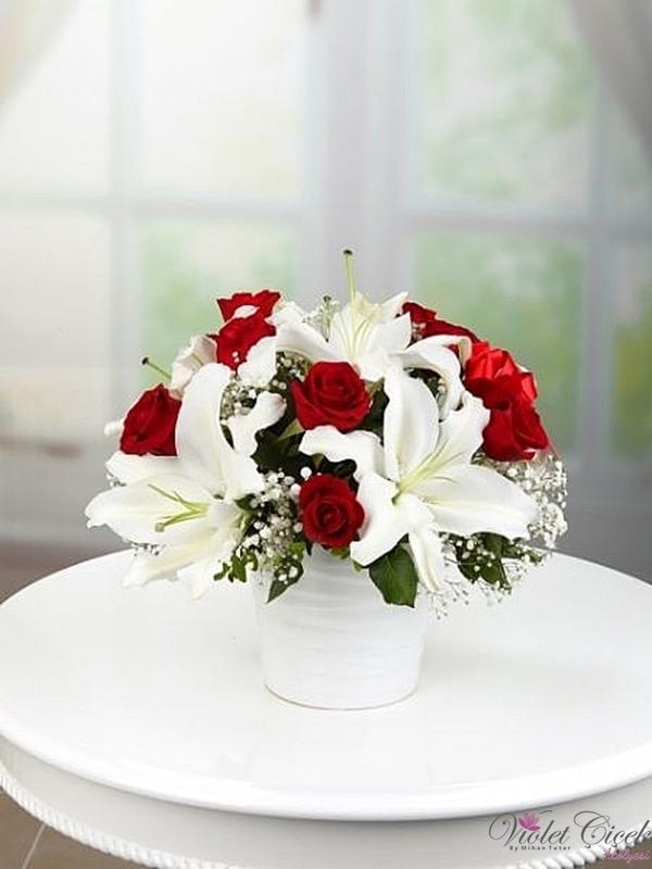 Seramik Vazoda Lilyum ve Güller